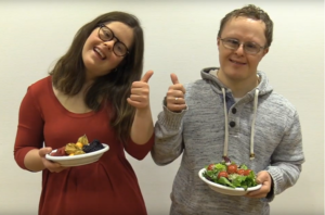 To ungdommer med salat på sine tallerkener